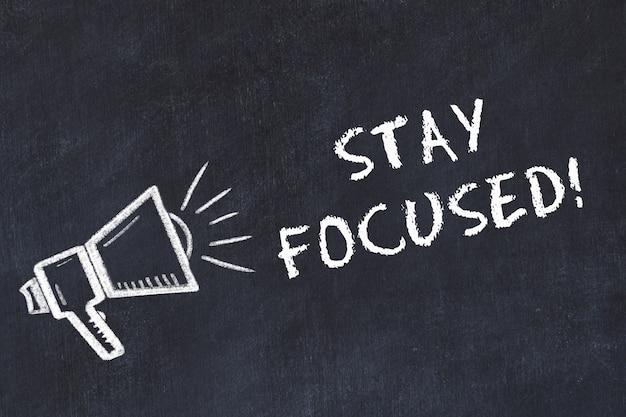 スピーカーと手書きの「stay focused!」を使用したチョークボードスケッチ