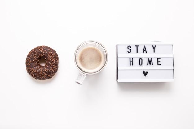 Оставайся дома, бокс надпись. удаленная онлайн работа на дому.