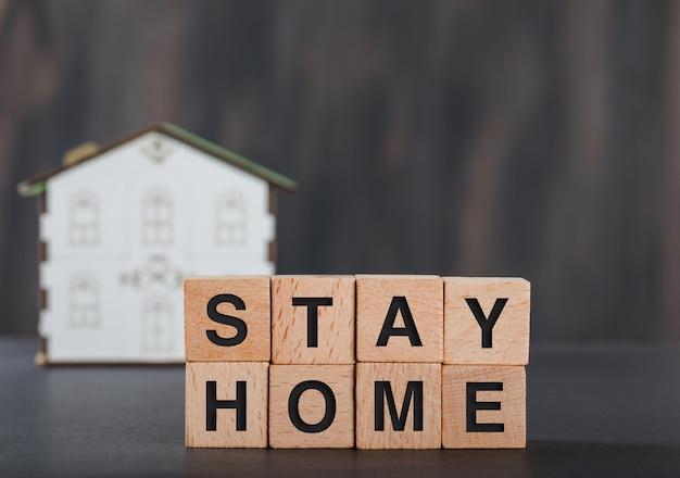 나무 조각, 집 모델 회색 집 개념을 유지하십시오.