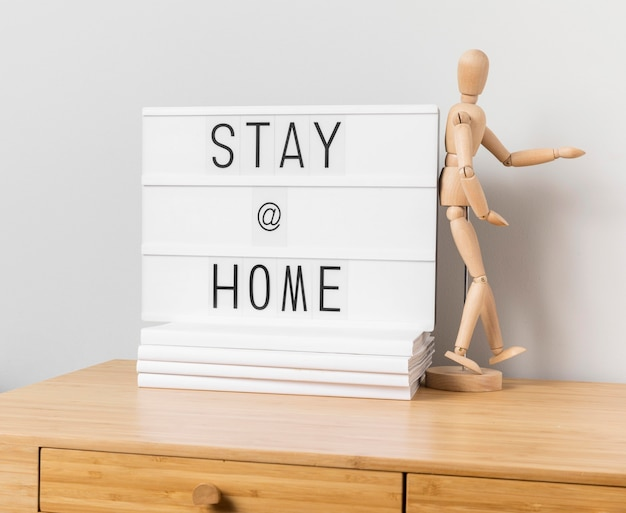 Soggiorno a casa iscrizione con manichino in legno
