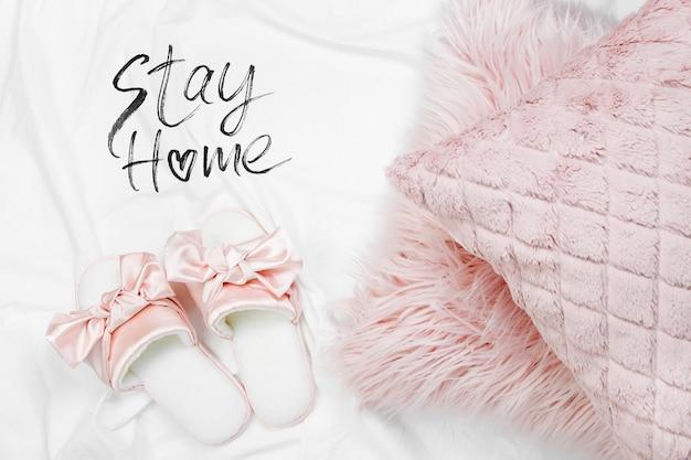 Оставайся дома, на карантин. работаю из дома. постельное белье со стильными розовыми подушками и тапочками. скопируйте пространство. плоская планировка, вид сверху
