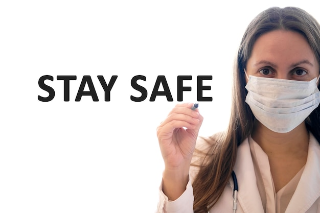 Будьте в безопасности от медика в белом халате и черных защитных перчатках со стетоскопом.
