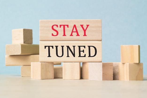Оставайтесь с нами. текст на кубиках. кубики в строительстве. бизнес-концепция