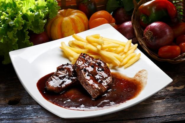 ステーキとパスタのワインソース