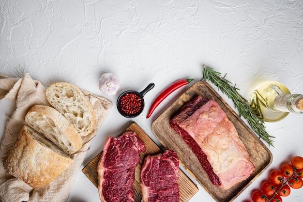 스테이크 버거 재료, 쇠고기, 대리석 고기, 흰색 테이블, 평면도,