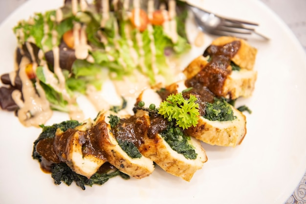 野菜ハーブスパイス黒胡椒コーンでローストしたステーキチキン