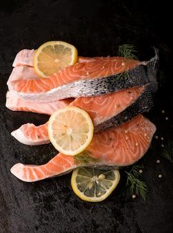 Стейк из свежего лосося с ароматными травами и специями. вид сверху с копией пространства