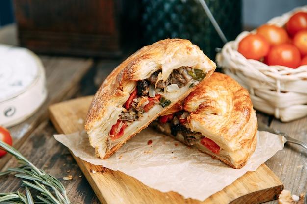 Стейк-пирог с мясом и овощами. пирог из слоеного теста национальной кухни.