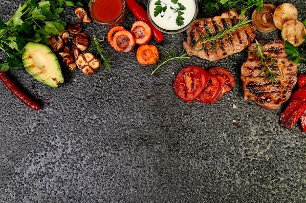 Стейк из свинины гриль с различными овощами гриль