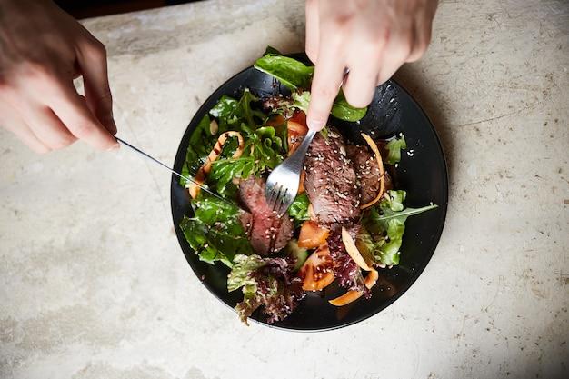 牛肉のグリル、ルッコラ、にんじん、種のステーキサラダ