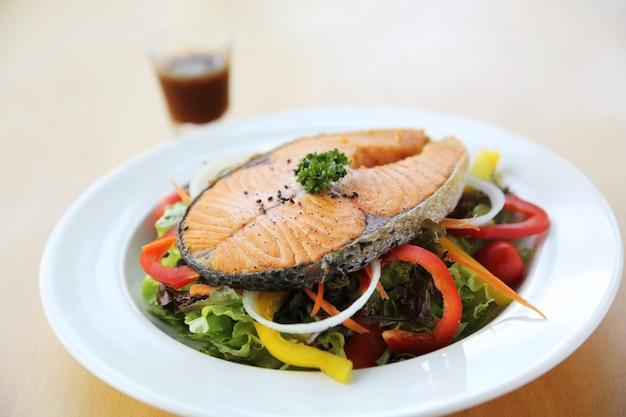 Стейк из лосося с салатом