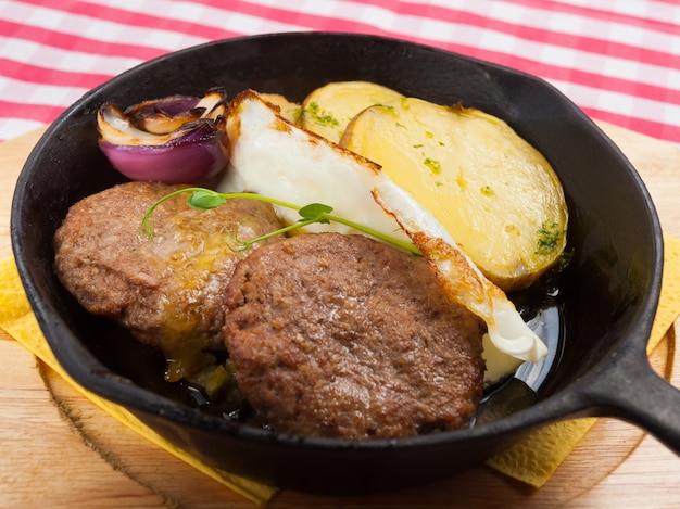 Стейки на сковороде с картофелем и луком