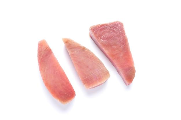 Стейки тунца, изолированные на белом фоне