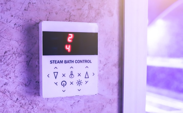 サウナのスチームバス制御装置。ハマムの温度のレギュレーター。自由な時間とリラックスしたコンセプト。