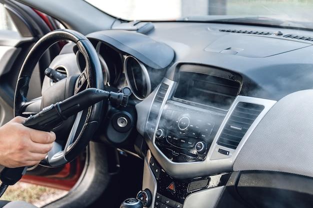 자동차 내부의 스팀 청소 및 소독