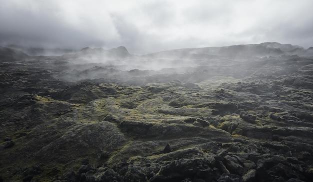 용암 필드에 증기 구름 화산 바위