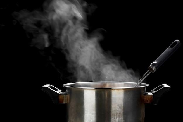 鍋に蒸します