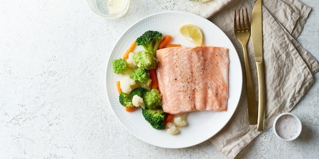 Паровой лосось и овощи, палео, кето, фодмап, диета. средиземноморская диета с рыбой на пару