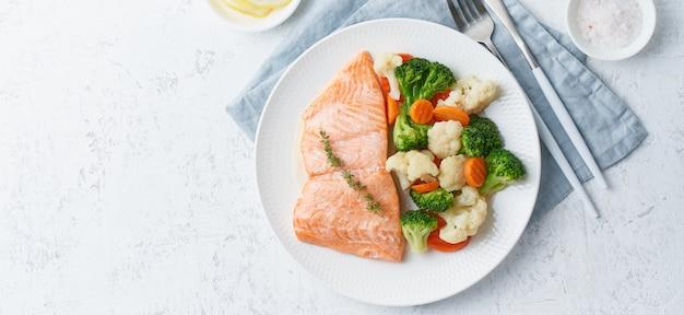 Паровая сёмга и овощи, палео, кето, фудмап, тире диета. средиземноморская еда с рыбой