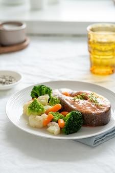 찐 연어와 야채, paleo, 케토, fodmap, 대시 다이어트. 측면도, 수직.