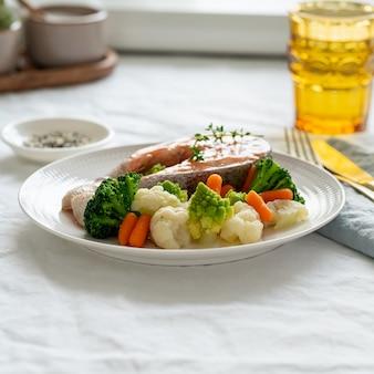 찐 연어와 야채, paleo, 케토, fodmap, 대시 다이어트. 측면보기.