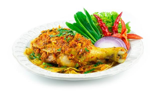 허브 태국 음식을 곁들인 찜 치킨 북부 스타일 뜨겁고 매운 요리 장식 조각된 칠리와 제공 야채 측경