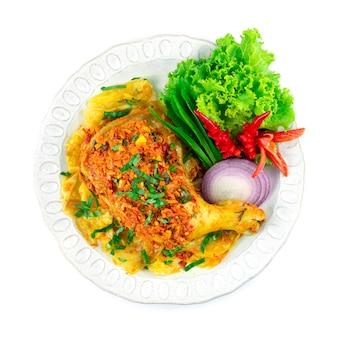 허브 태국 음식을 곁들인 찜 치킨 북부 스타일 뜨겁고 매운 요리 장식 조각된 칠리와 야채 topview 제공