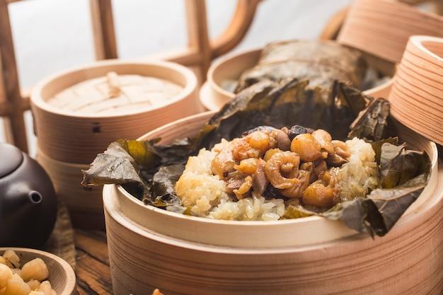 蓮の葉もち米と鶏肉の蒸し物