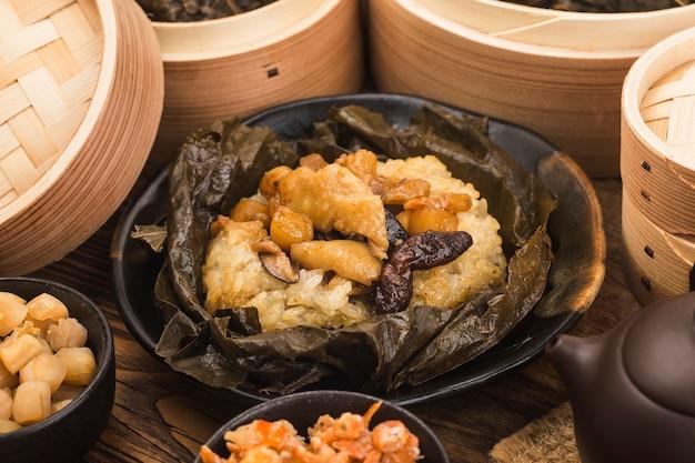 鶏肉の蓮の葉もち米蒸し