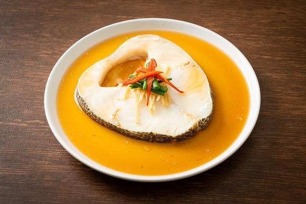 Треска на пару с соевым соусом или снежная рыба на пару или чилийский морской окунь с соевым соусом
