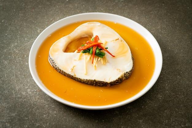 간장을 곁들인 찐 대구 생선 또는 찐 눈 덮인 생선 또는 간장을 곁들인 칠레산 농어