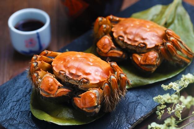 Приготовленные на пару крабов китайского озера янчэн на каменной доске