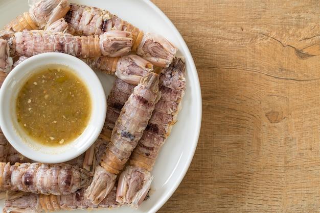 Раки, приготовленные на пару, креветки-богомолы или ротоноги с острым соусом из морепродуктов