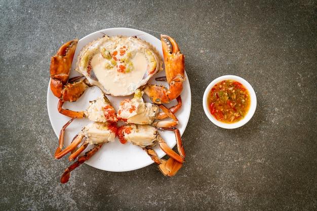 Яичный краб на пару со свежим молоком с острым соусом из морепродуктов