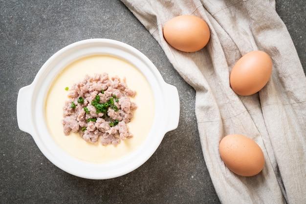 Приготовленное на пару яйцо с фаршем из свинины
