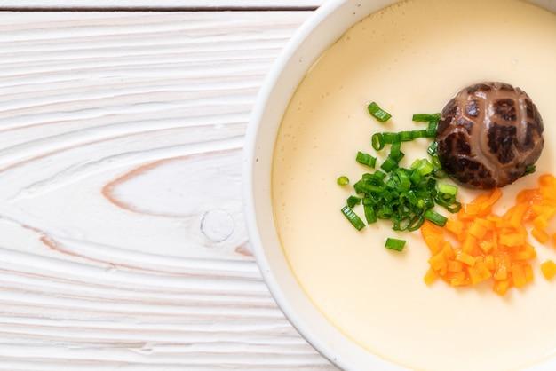 Приготовленное на пару яйцо с овощами, грибами и морковью