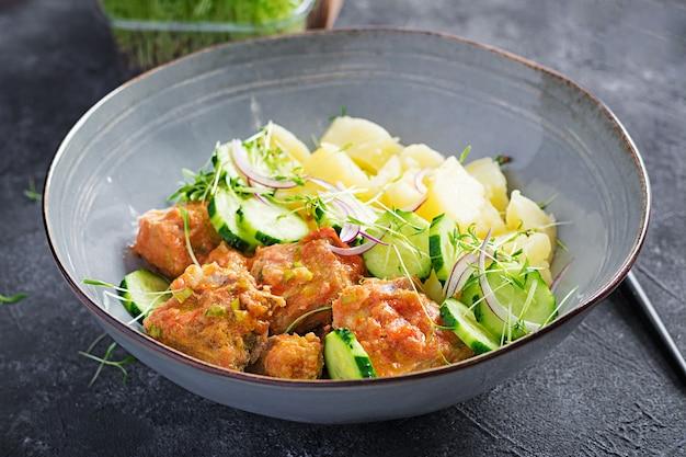 Рыбное филе на пару с томатным соусом, отварным картофелем и салатом из свежих огурцов. диетическое питание. постная еда.