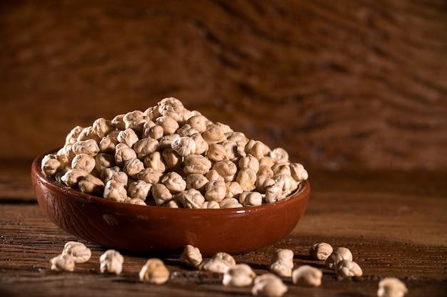 ボウルに金のひよこ豆を蒸し、ビーガンフード。