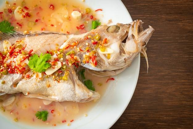 Рыба-морской окунь на пару с лаймом и перцем чили - азиатская кухня