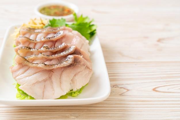 スパイシーなディップソースで蒸したハタの魚