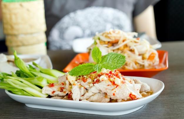 라임, 태국 음식 스타일 찐된 허브 돼지 고기.