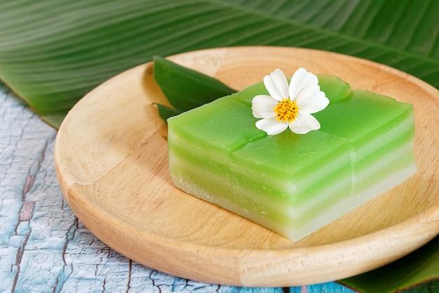 タイ語で蒸したレイヤースウィートケーキまたはカノムチャン。タイの伝統的なデザートグリーンパンダンフレーバー。