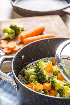 黒い鍋で蒸した混合野菜。健康野菜のコンセプト。