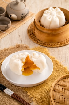 Соленое яйцо на пару baozi или bakpao - это разновидность булочки с дрожжевой начинкой в различных блюдах китайской кухни.