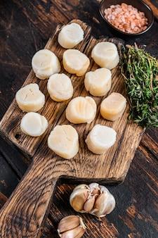 Мясо гребешков на пару на деревянной доске.