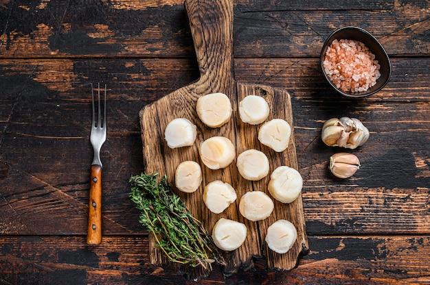 Мясо гребешков на пару на деревянной доске