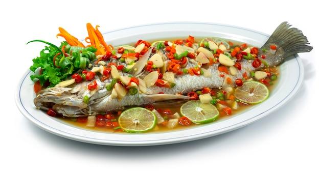 라임 소스를 곁들인 농어 도미 찜 뜨겁고 매운 태국 음식 스타일 사이드 뷰