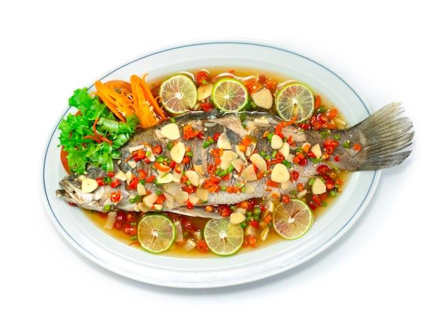 라임 소스를 곁들인 찐 농어 도미 생선 뜨겁고 매운 태국 음식 스타일 topview