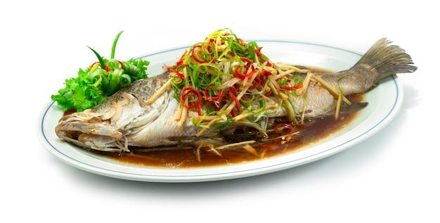 Морской окунь на пару с соевым соусом, вид сбоку в стиле китайской кухни