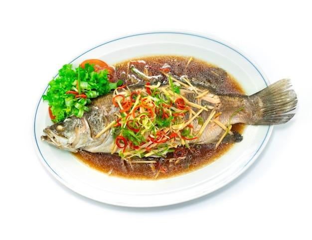 Морской окунь, приготовленный на пару в соевом соусе, китайская кухня, вид сверху